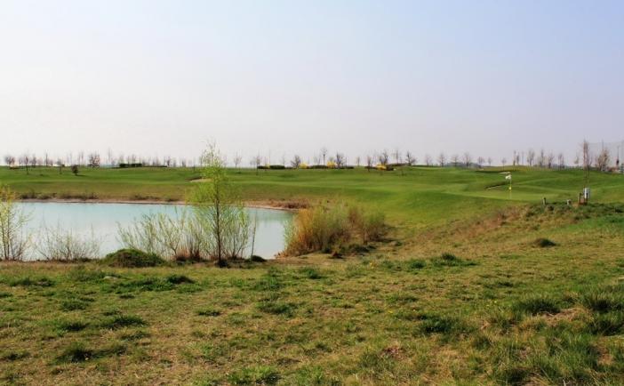 NA PREDAJ POZEMOK 431 m2 s výhľadom na 9 jamkové verejné ihrisko a jazero
