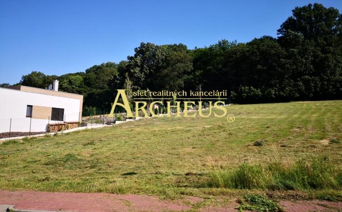 Exkluzívny pozemok 1781 m2 obklopený lesom so stavebným povolením pre luxusný dom, obec Borinka